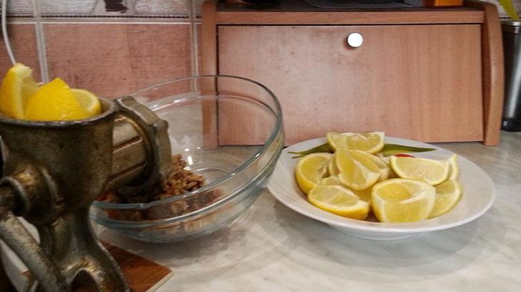 Нарезанные лимоны в мясорубке