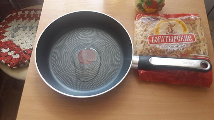 Растительное масло на сковороде