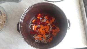 Нарезанные овощи укладываем на дно кастрюли