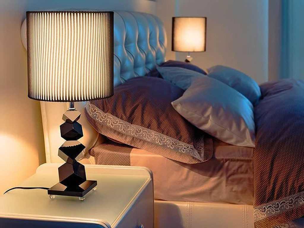 Настольные лампы на прикроватных тумбочках
