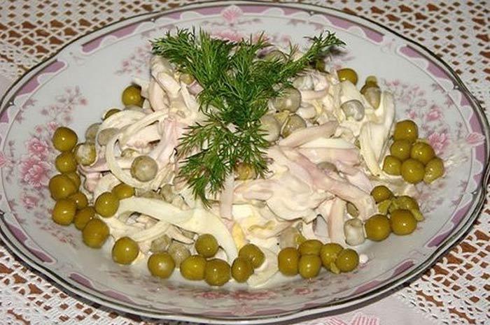Салат с кальмарами яйцами и зеленым горошком