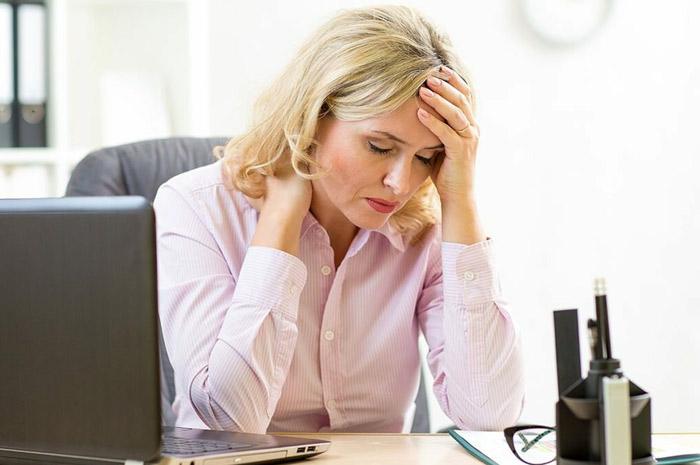 Мигрень у женщины на работе
